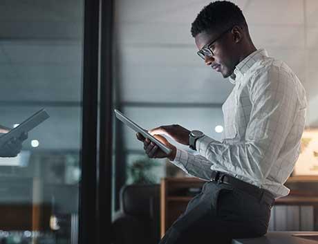 Homem angolano a trabalhar em tablet
