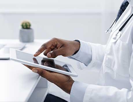 Médico a usar tablet