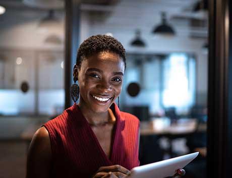 Mulher angolana com tablet na mão a sorrir