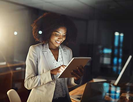 Mulher a trabalhar na gestão finaceira no tablet