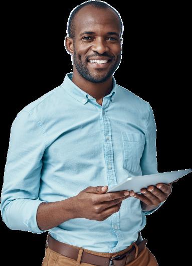 Homem de negócios a sorrir para a camera e a segurar um tablet nas mãos com o Software de Gestão PHC CS