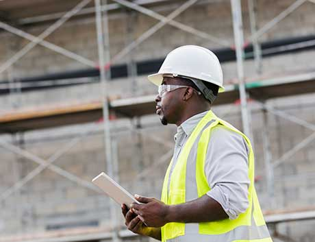 Homem a trabalhar em construção civil