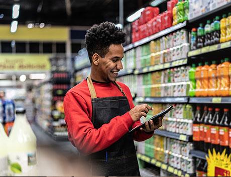 homem a fazer o inventário do supermercado