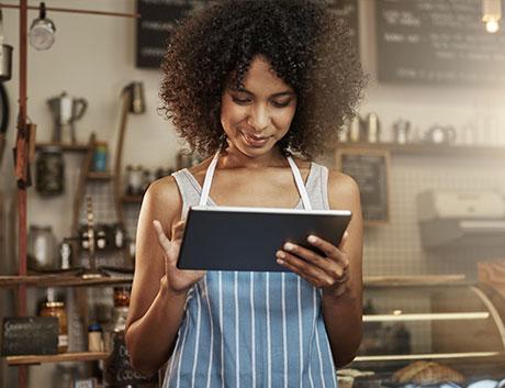 empregada de restaurante a usar tablet