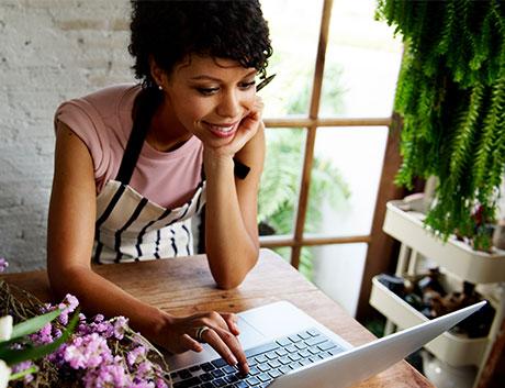 mulher com avental a usar o computador