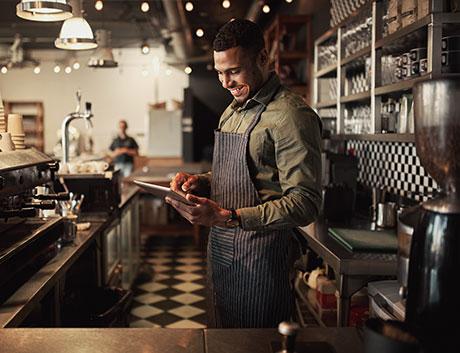 empregado de cafetaria a usar tablet