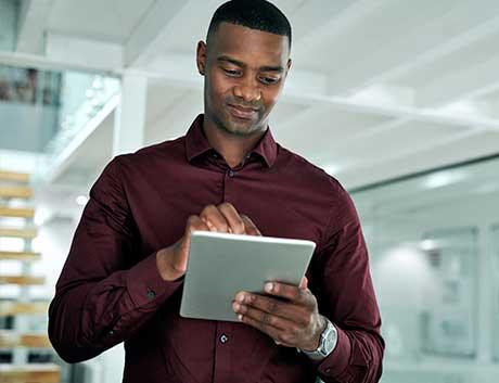 homem angolano de camisa vermelha a trabalhar no tablet