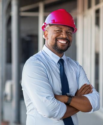pessoa com capacete numa obra