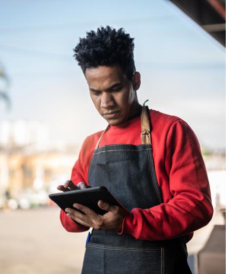 pessoa com avental e tablet